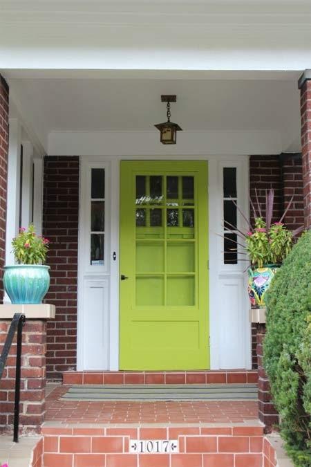 Dọn dẹp sơn lại cửa ra vào cho bắt mắt